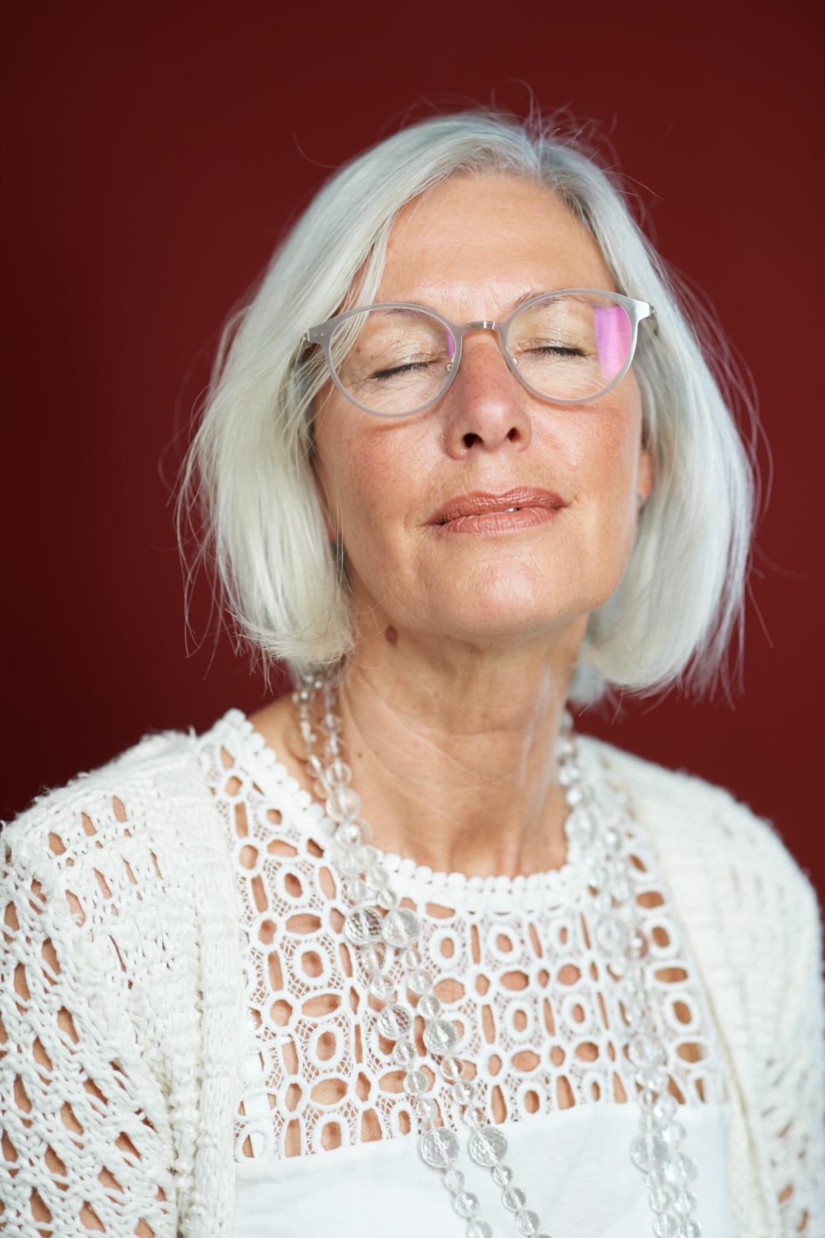 Portrait einer sinnlichen reifen Frau mit geschlossenen Augen