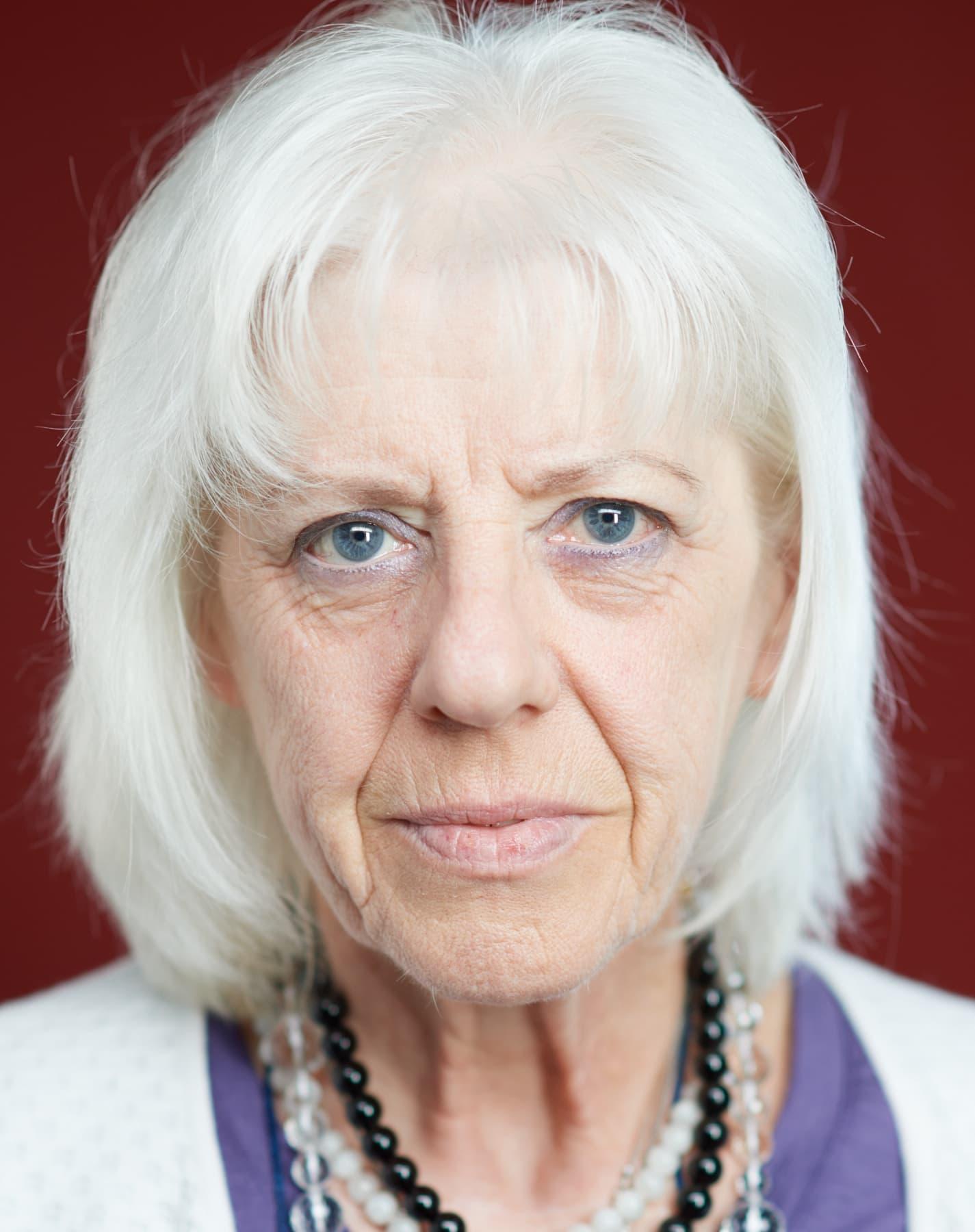 Portrait einer älteren Seniorin mit weißem Haar