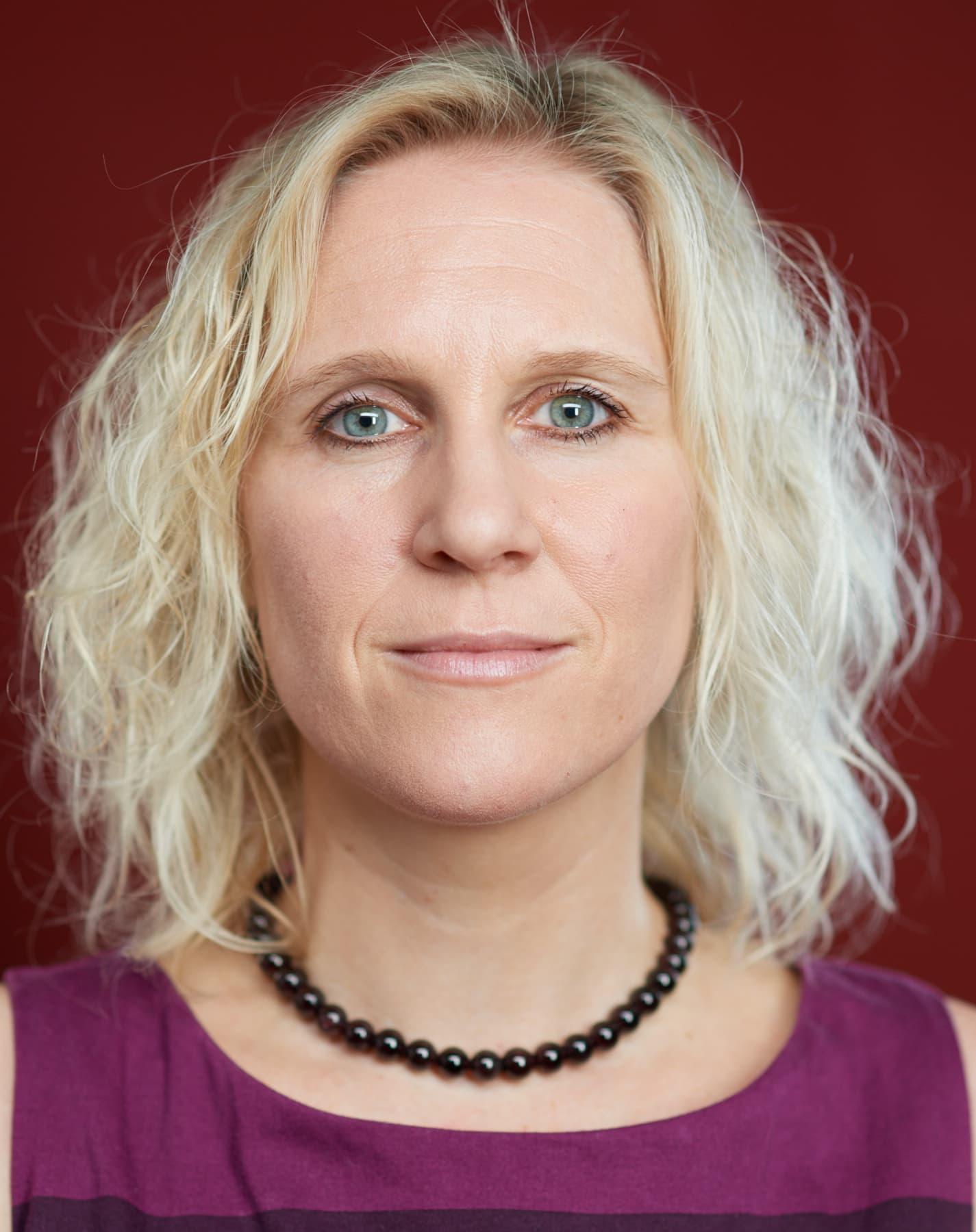 Portrait einer blonden jungen Frau mit direktem Blick in die Kamera