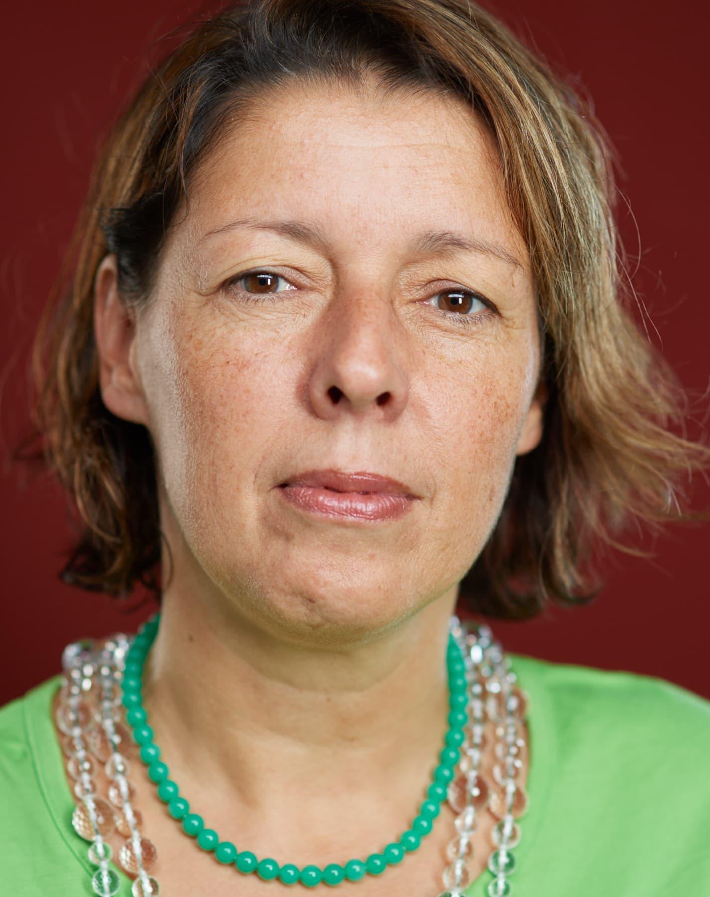 Portrait einer Frau mit prüfendem Blick