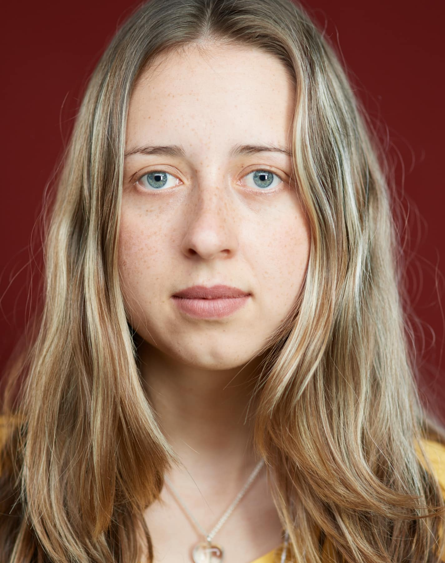 Junges entschlossenes Portrait einer jungen Frau