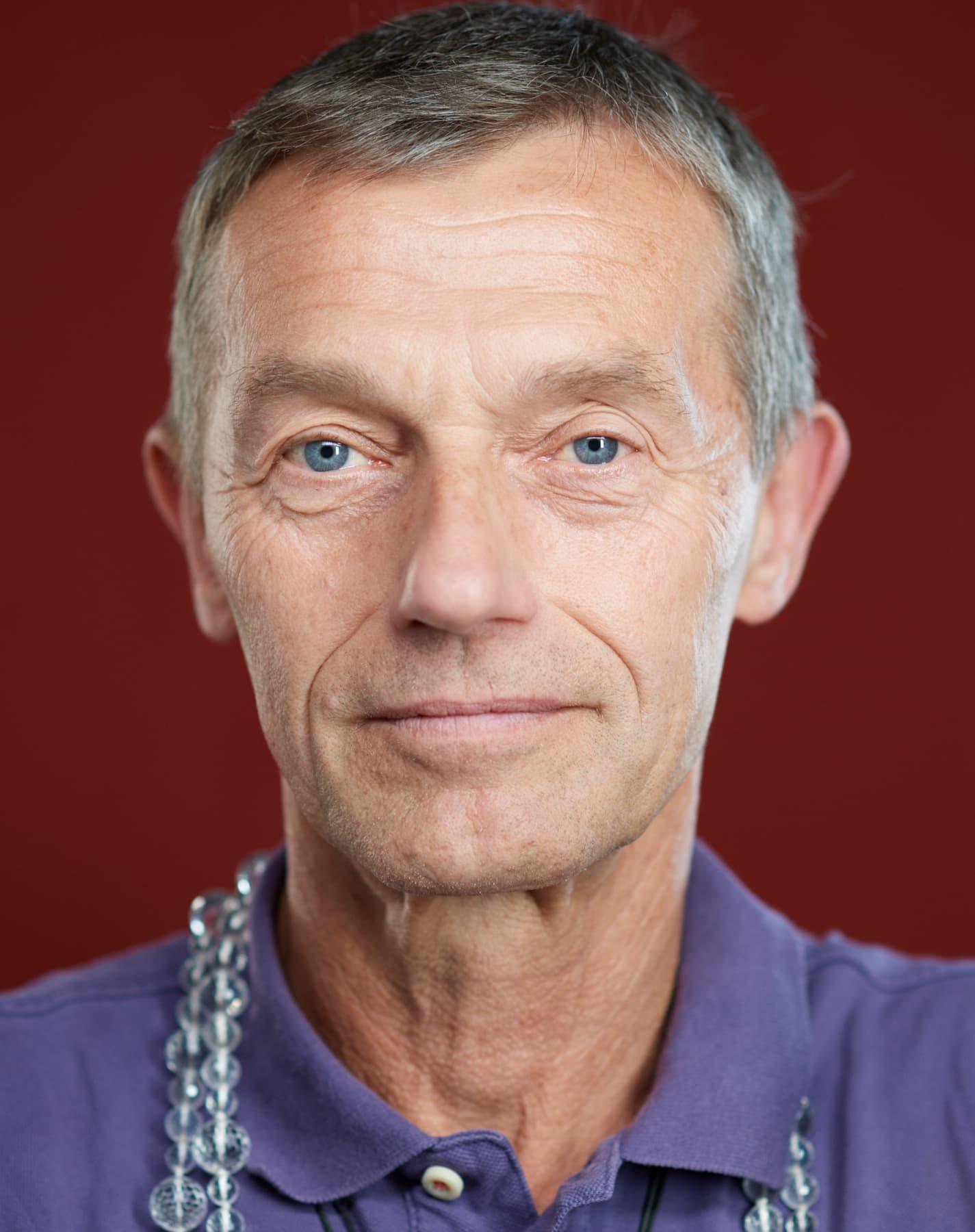 Portrait von einem sportlichen Mann vor rotem Hintergrund