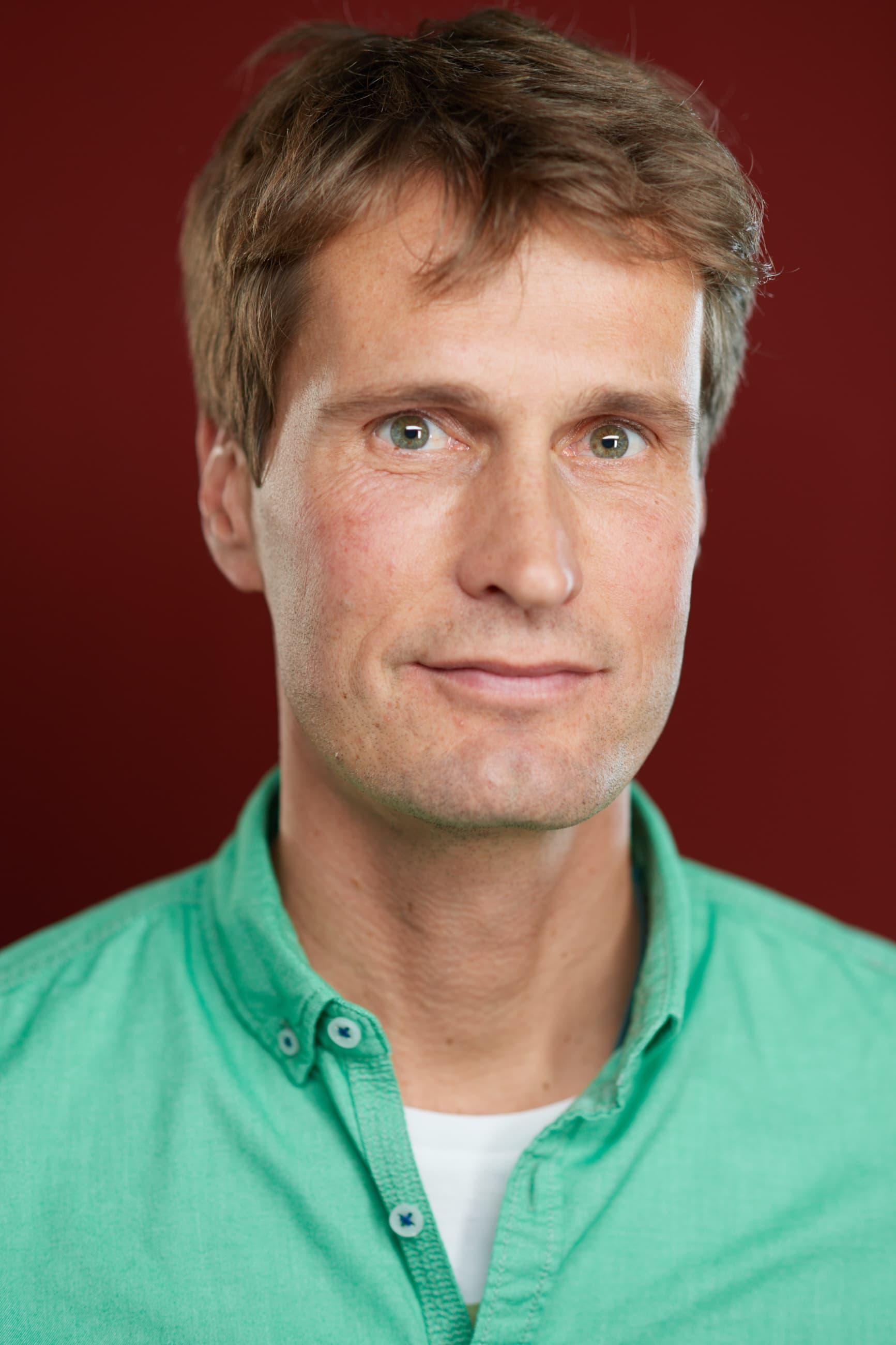 Potrait eines jungen Mannes mit grünem Hemd