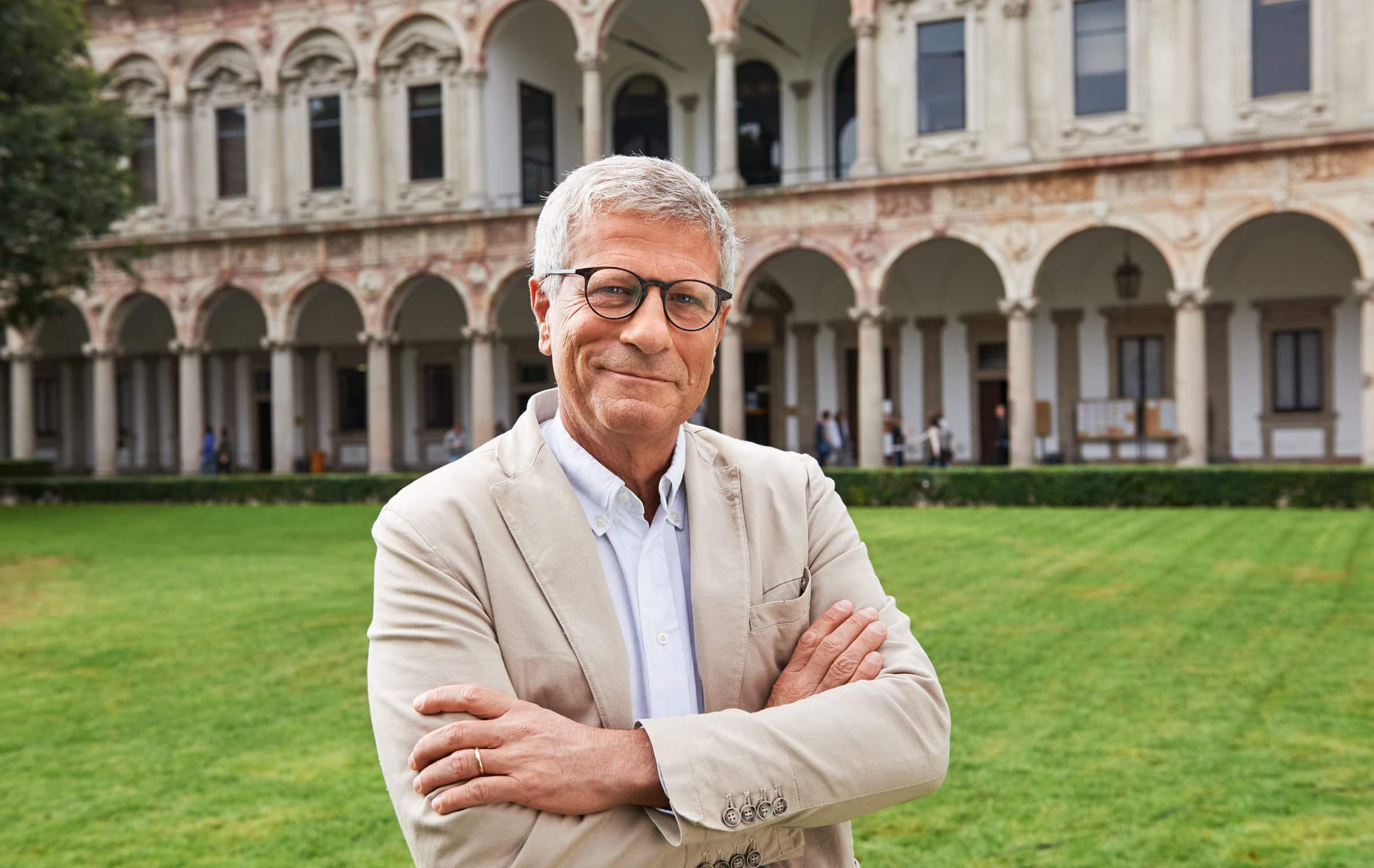Portrait von einem italienischen Forschungsprofessor vor Wandelgang