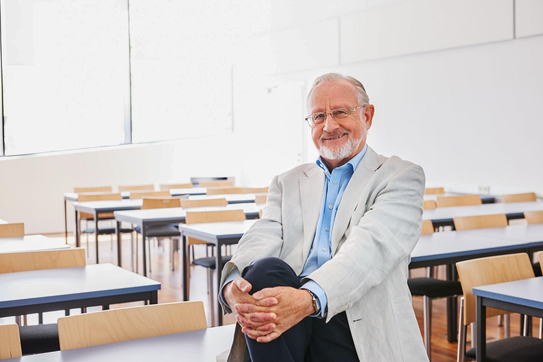 Portrait von einem Forschungsprofessor in einem leeren Hörsaal