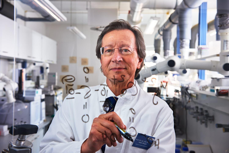 Portrait von einem Forschungsprofessor in seinem Labor