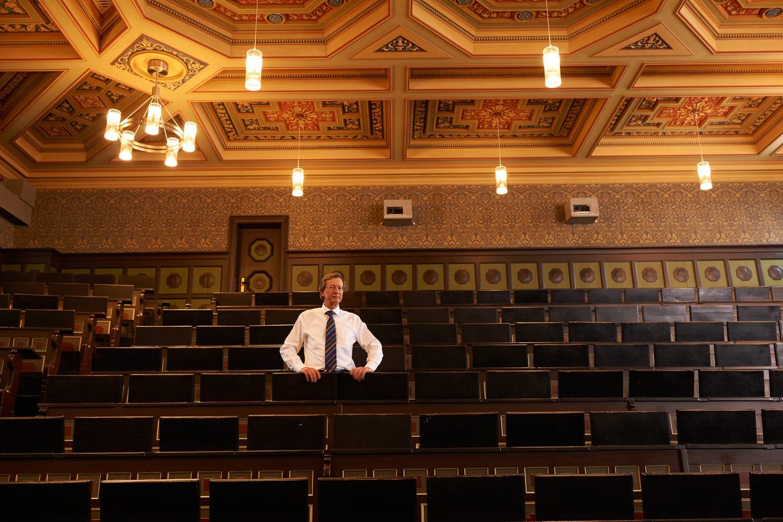 Portrait von einem Professor im alten Hörsaal der Universität Hanover