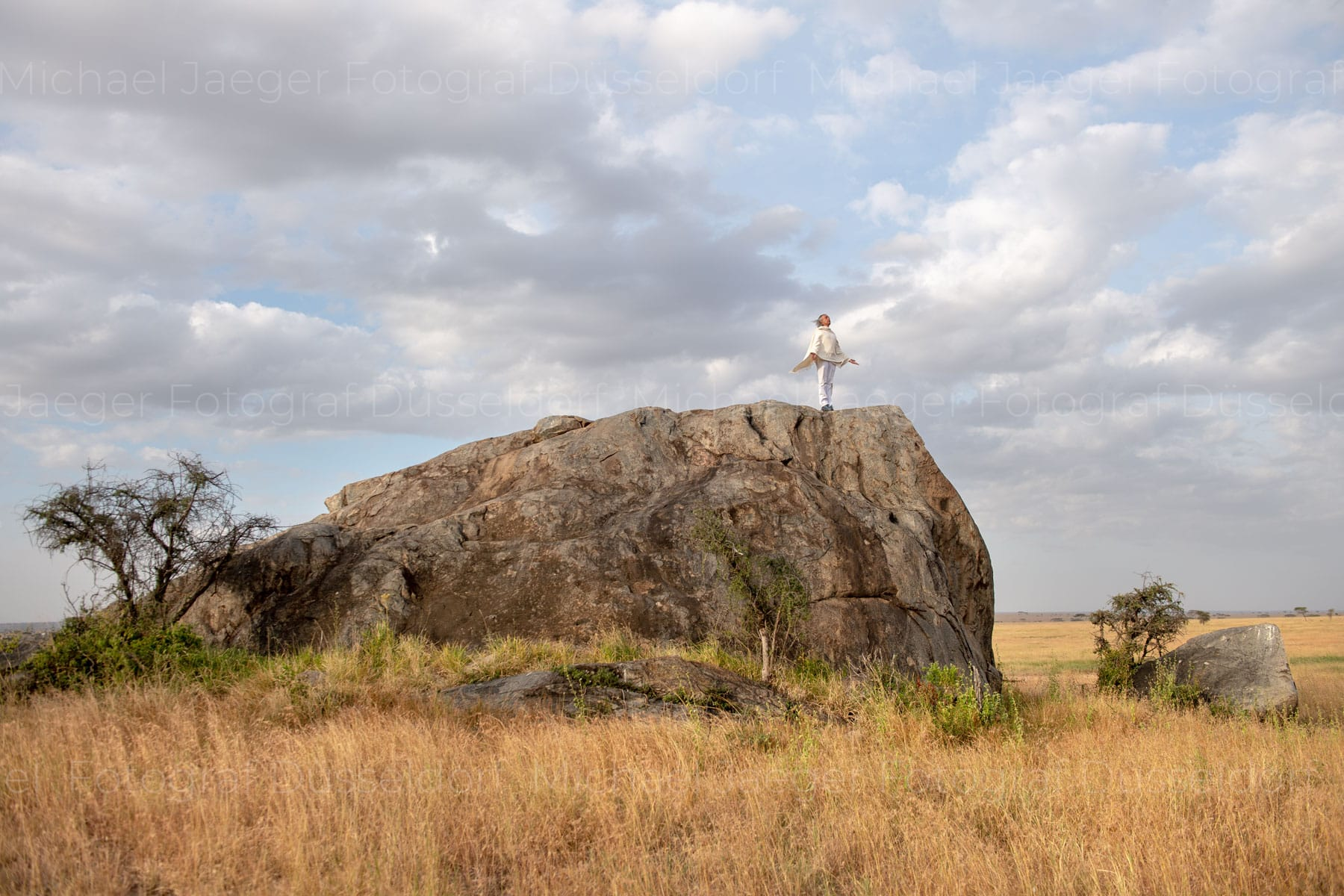 Stehender Mann auf Felsen in Hingabe