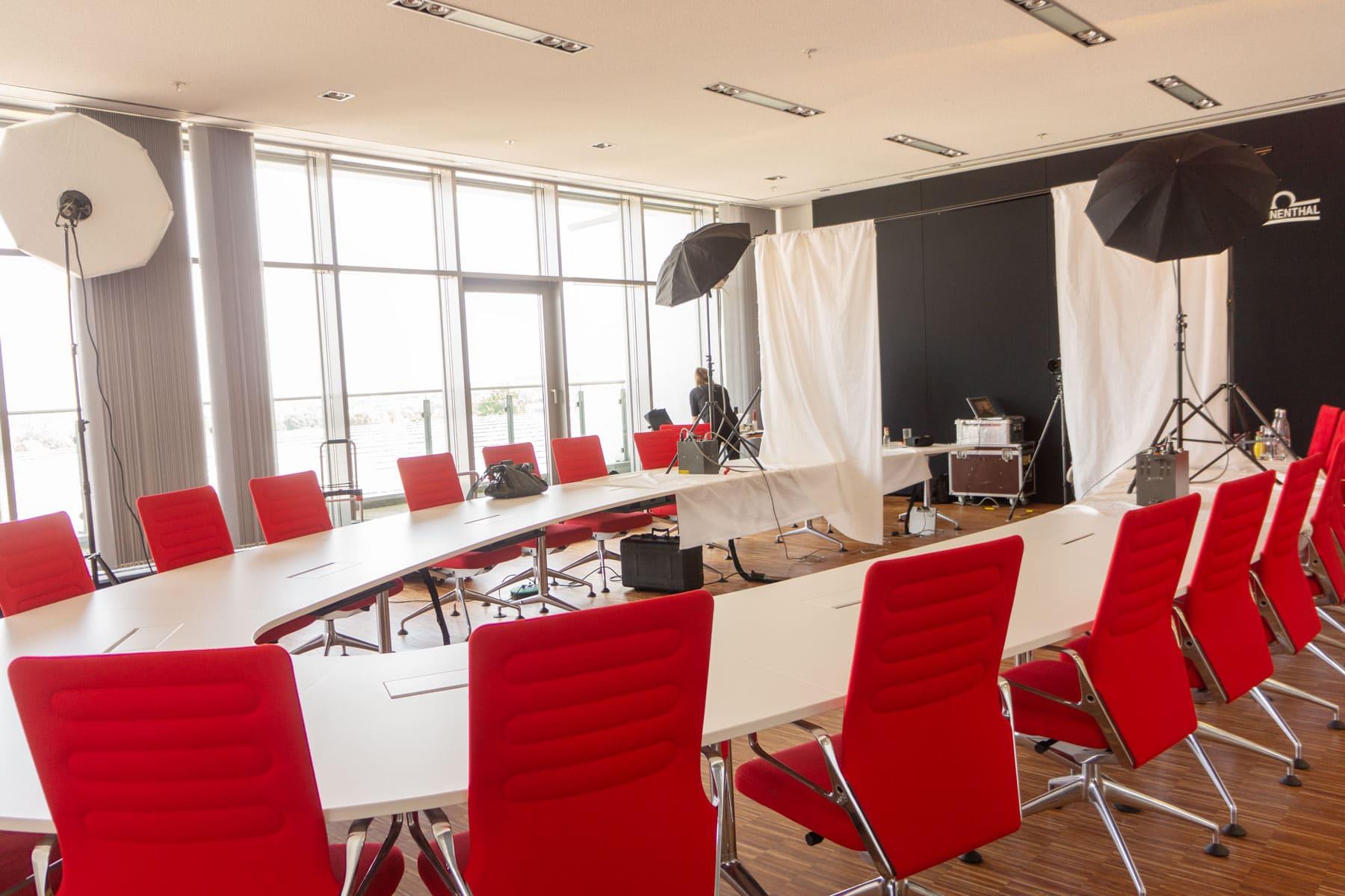 Fotoaufbau in einem lichten Konferenzraum