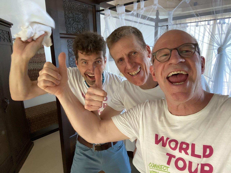 drei Männer freuen sich