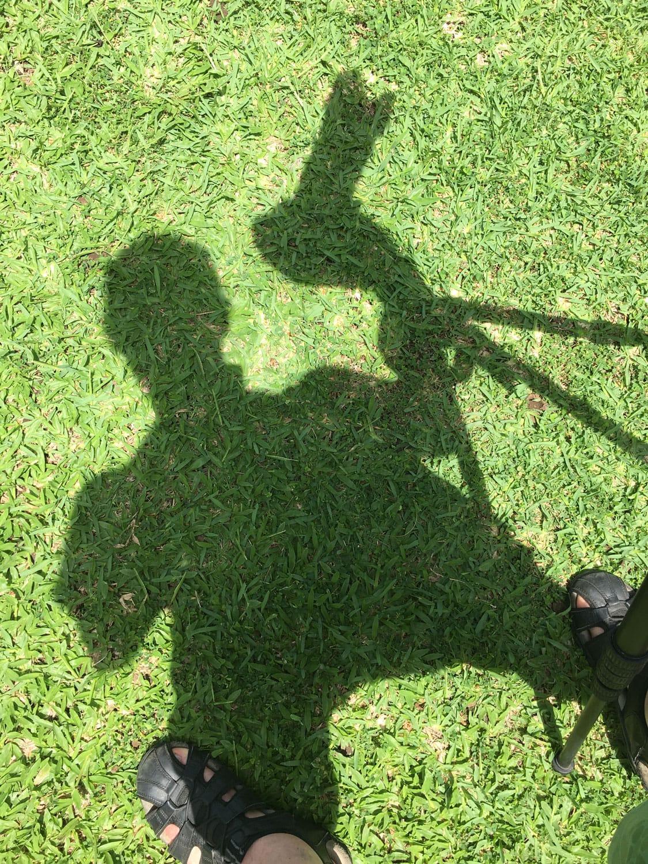 Selbstportrait als Schattenbild auf einer Wiese