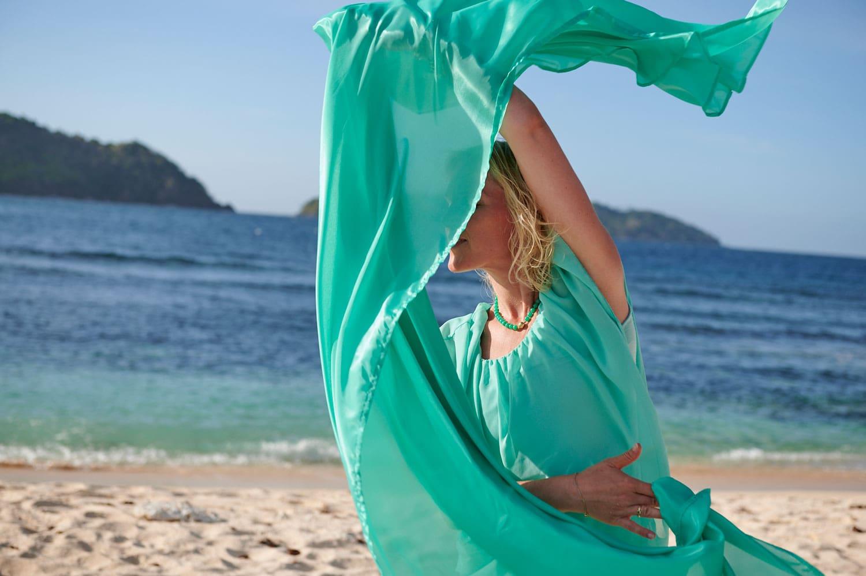 Tanzende mit grünen Tuch am Meer