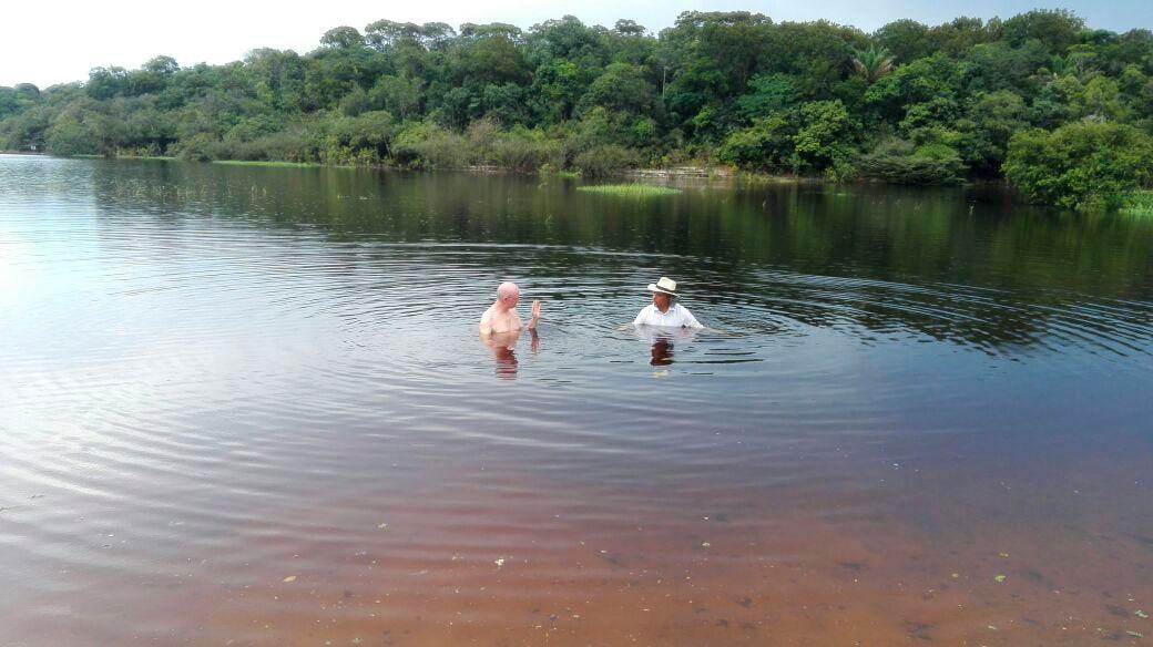 zwei Männer im Fluss