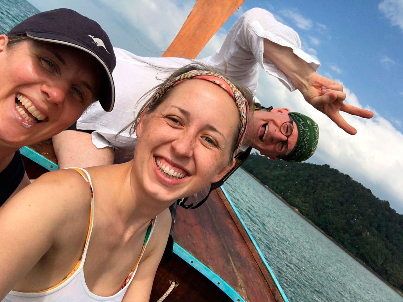 zwei freudig Frauen und ein Mann auf einem Boot