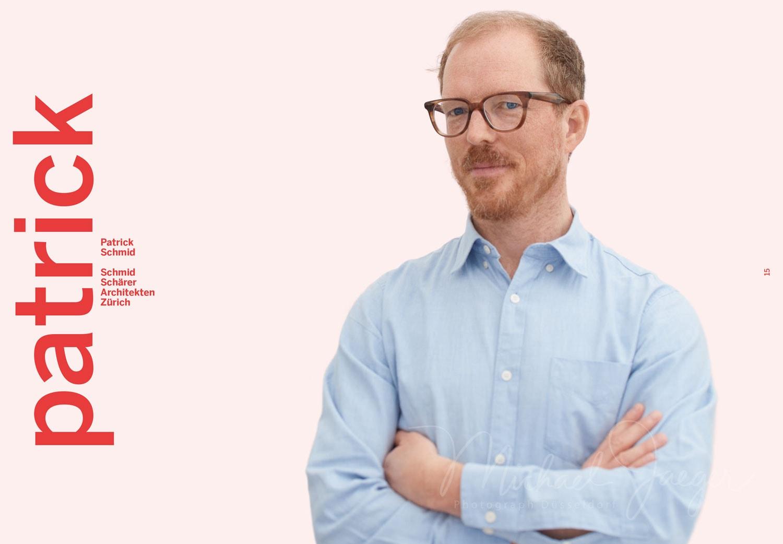 Portrait von einem jungen Architekten mit moderner Hornbrille